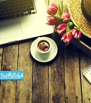تصویر استوک لپ تاپ با فنجان قهوه و گل روی چوب - رایگان