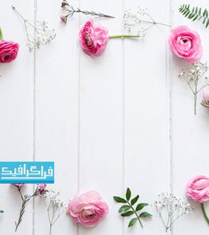 تصویر استوگ گل های صورتی روی پس زمینه چوبی - رایگان