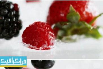 دانلود ویدیو فوتیج افتادن توت فرنگی و تمشک در آب
