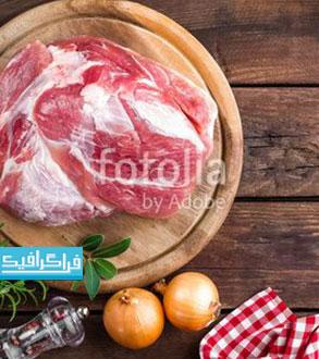 دانلود تصویر استوک گوشت خام روی زمینه چوبی - رایگان