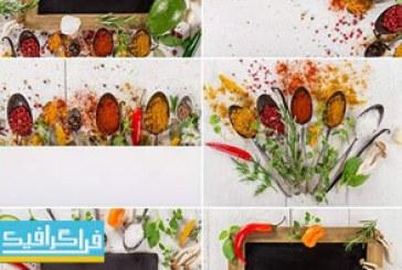 دانلود تصاویر استوک ادویه های رنگارنگ روی قاشق – زمینه چوبی