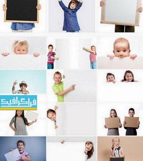 دانلود تصاویر استوک کودکان شاد بنر در دست